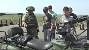 Военные ЦВО исполнили мечту братьев-близнецов с особенностями развития прокатиться на боевом танке