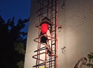 Ночью в Тольятти спасатели сняли с крыши пятиэтажки двух девушек