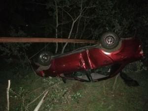 В Самарской области машина врезалась в дорожный знак и переворачивается в кювет