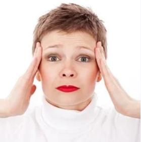 По словам врача, в большинстве случае головная боль при коронавирусе умеренная или сильная и длится от трех до пяти дней, она ощущается с обеих сторон головы.