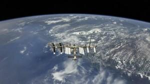 Как уточнили в Роскосмосе, вероятность пересечения орбит станции и объекта была нулевой.