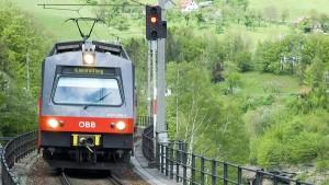 Электричка со школьниками сошла с рельсов и упала в реку в Австрии
