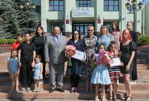 Глава Самары вручила сертификаты на приобретение жилья многодетным семьям