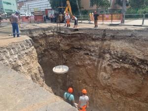 Работы на объекте ведутся круглосуточно. Утром 14 июля запланировано передать участок подрядчику для засыпки, асфальтирования и восстановления благоустройства.