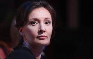 Омбудсмен пояснила, что в России пока нет зарегистрированной вакцины для детей и подростков.