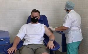 В прививочный пунктСамарской областной клинической больницы № 2 он пришел вместе с супругой.