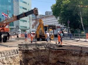 На Волжском проспекте внезапно возобновились работы на канализационном коллекторе
