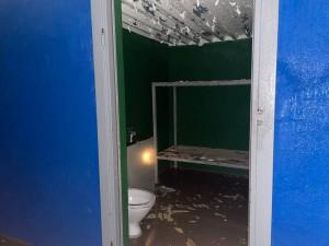 Как пишет издание, в подпольной тюрьме имеются камеры с умывальниками, унитазами и двухъярусными кроватями.