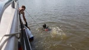 Тело мужчиныводолаз обнаружил на удалении 50 метров от берега на глубине 7 метров.