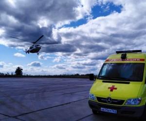 Вертолет помогает эвакуировать из отдалённых районов области для оказания специализированной медпомощи людей в тяжелом состоянии.