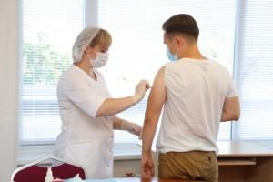 Перед вакцинацией в обязательном порядке медики консультируют и обследуют работников – измеряют давление, определяют уровень сатурации в крови, а также проводят терапевтический осмотр.