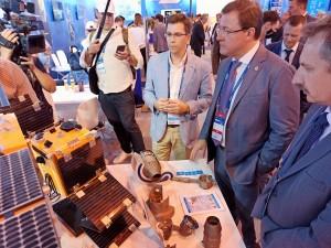 Дмитрию Азарову представили передовые космические технологии для решения повседневных задач.