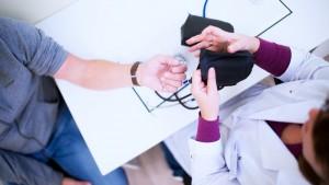 Профилактический медицинский осмотр проводится ежегодно, диспансеризация гражданам в возрасте 18-39 лет — один раз в три года, в возрасте 40 лет и старше – ежегодно.