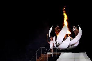 Факел зажгла знаменитая японская теннисистка Наоми Осака.