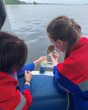 Специалисты ежедневно отбирают пробы воды в Волге, в процессе подготовки, перед подачей в сеть и в самой сети, анализируют более 50 показателей.