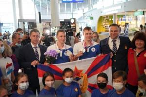 В аэропорту спортсменов тепло встретили родные, болельщики и тренеры.