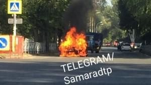 В Самаре тушили горящий автомобиль на улице Вольской