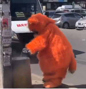 Доброе дело героя в костюме маскота одного из магазинов попало на видео.