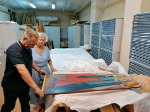 Сотрудники Музея имени Алабина в Самаре готовят иконы Журавлева к экспозиции