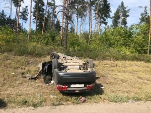 В Самарской области молодая автомобилистка врезалась в дерево и перевернулась