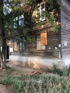 И скинул тело приятеля из окна второго этажа жилого дома.
