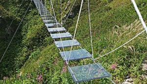 В отличие от существующих в мире похожих конструкций, мост на Розе Пик подвижный, и это позволяет еще больше пощекотать нервы.