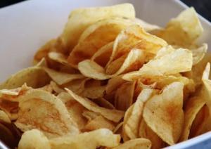Продукты с высоким содержанием соли могут спровоцировать проблемы с сердцем.