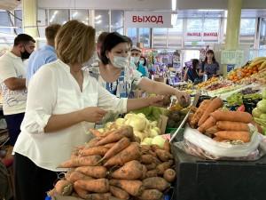 Депутаты и активисты «Единой России» продолжают мониторинг цен в магазинах, на рынках и ярмарках Самарской области.