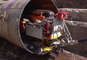 Диагностический комплекс при погружении внутрь выведенной в ремонт тепловой сети определяет толщину стенок трубы методом магнитографии.