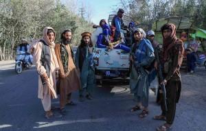 Талибы подняли свой флаг над президентским дворцом в Кабуле.
