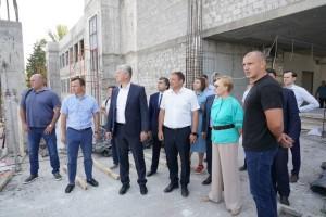 Виктор Кудряшов побывал на строящемся объекте, оценил на месте ход работ и обсудил с подрядчиком исполнение графика строительства.