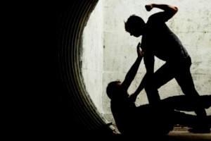 22-летний мужчинасо своим несовершеннолетним знакомым избили и ограбили местного жителя.