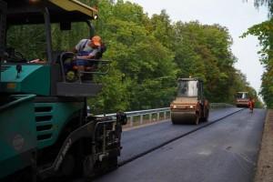 Строители приступили к укладке верхнего слоя дорожного покрытия.