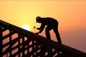 Один из рабочих упал с крыши многоквартирного дома при осуществлении погрузки строительного мусора.