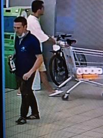 Мужчина забралне пристегнутый запирающим устройством велосипед, который владелец оставил без присмотра около банкомата и уехал на нем.