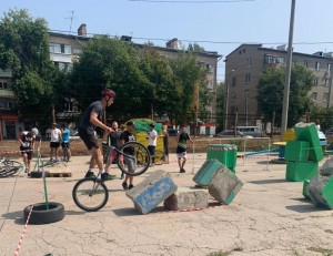 Велотриал является экстремальным видом спорта, его суть - преодоление различных препятствий на велосипеде.