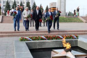 Дмитрий Азаров и Герой РФ Александр Карелин возложили цветы к Вечному огню в годовщину победы советских войск в Курской битве