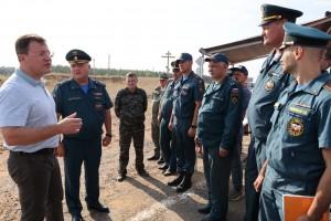 Дмитрий Азароввыехал в Борскийрайони провел оперативное совещаниесо спасателями, задействованными в тушении пожара.