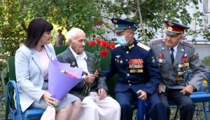Военные ЦВО провели в Тольятти мини-концерт у дома 99-летнего участника Курской битвы