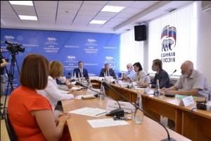 Азаров поблагодарил жителей за активность в создании Народной программы