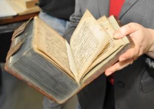 Экспозиция призвана познакомить читателей и посетителей с орнаментальным оформлением русской рукописной и печатной книги.
