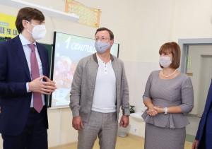 После родительского собрания министр, глава региона и депутат Госдумы Александр Хинштейн осмотрели образовательное учреждение.