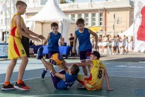 В турнире принимают участие звезды и любители уличного баскетбола.