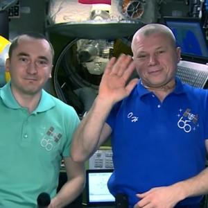 Космонавты Олег Новицкий и Петр Дубров с борта МКС поздравили всех учащихся и учителей с Днем знаний