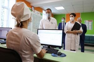 С заботой о юных жителях региона: Дмитрий Азаров оценил возможности детской поликлиники в Мехзаводе