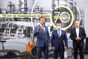 Дмитрий Азаров принял участие в мероприятиях, посвященных чествованию трудовых коллективов крупнейших предприятий нефтегазовой промышленности региона.