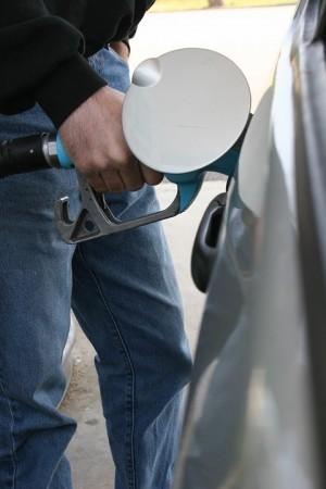 В среднем бензин подешевел сразу на 15 копеек.
