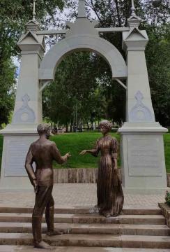 Памятник представляет собой имитацию старинного входа в сад, на пороге которого автор произведения встречает самарскую девушку.