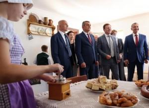 Открытие уникального комплекса совпало с двумя праздниками - Днем дружбы народов и Днем Самары. По мнениюСергея Меняйло, это знаково.