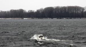 Причина аварийных ситуаций с маломерными судами неизменна: ухудшение погодных условий, высокая волна и отказ двигателя.